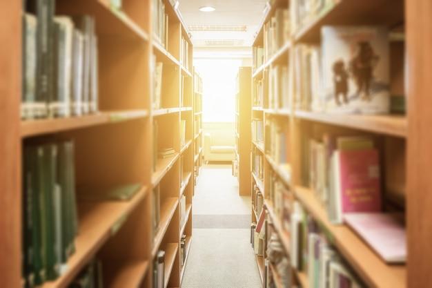 Boekenplank houten rechte klasse in bibliotheek
