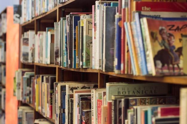Boekenplank in een bibliotheek