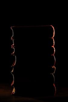 Boekenstapel met donkere achtergrond