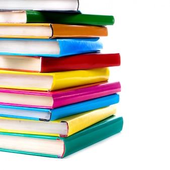 Boekenstapel op wit wordt geïsoleerd dat