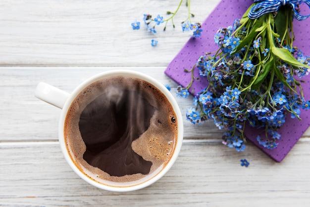 Boeket bloeiende bloemen met kopje koffie