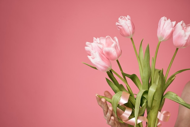 Boeket bloemen als cadeau op roze muur