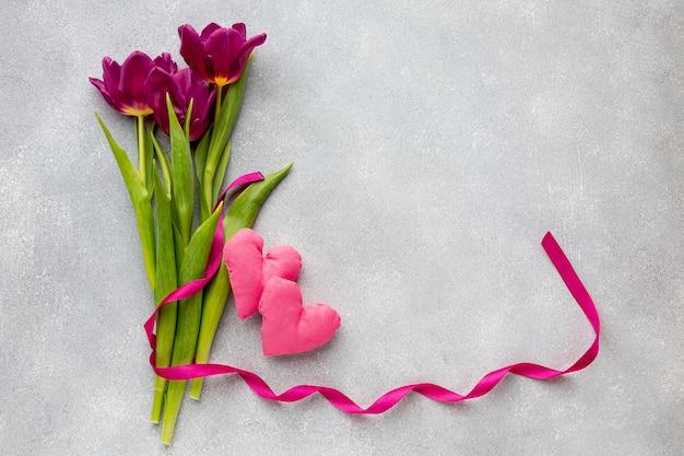 Boeket bloemen en roze harten