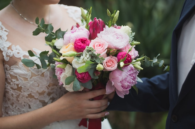 Boeket bloemen in de handen van de bruid