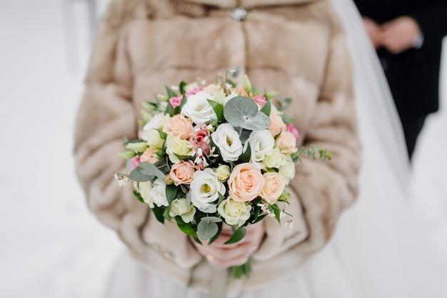 Boeket bloemen in handen van de bruid