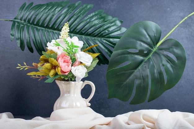 Boeket bloemen in keramische vaas