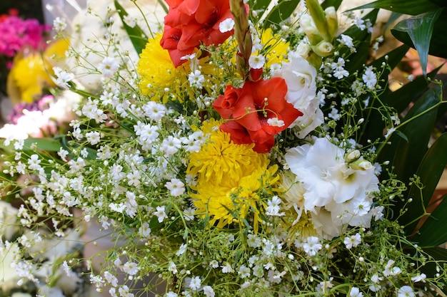 Boeket bloemen in meerdere kleuren mooi en kleurrijk boeket bloemen