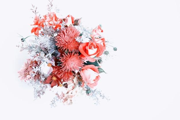 Boeket bloemen in rode rozen bessen chrysant asters bloem compo