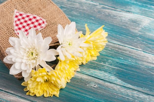 Boeket bloemen in ruwe linnen tas