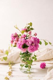 Boeket bloemen in vaas op tafel