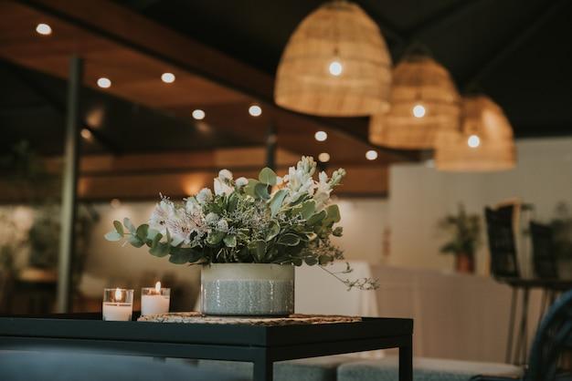 Boeket bloemen met kaarsen en oude lampen