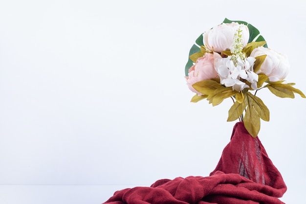 Boeket bloemen met rode doek.