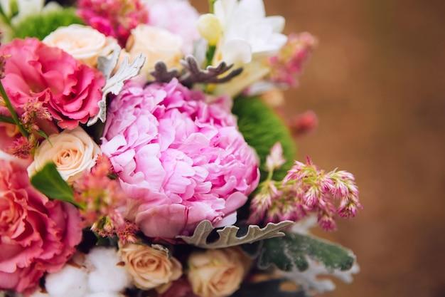 Boeket bloemen met rozen, pioenrozen, anjers. delicaat boeket in roze kleuren. eucalyptus bladeren.