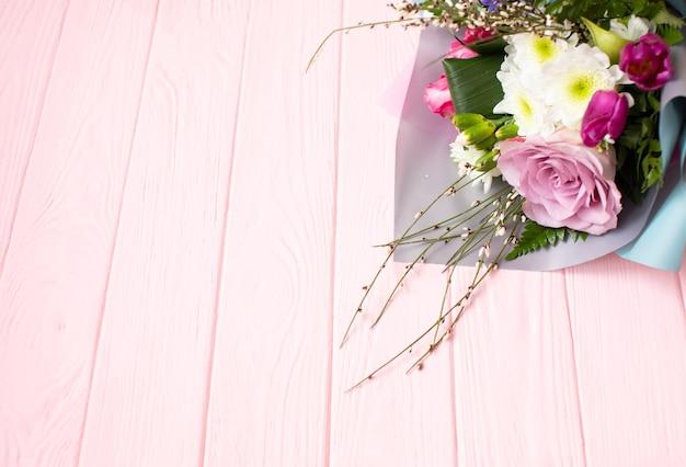 Boeket bloemen tegen een houten bord