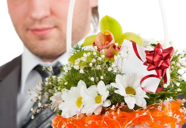 Boeket bloemen tegen gelukkige bruidegom