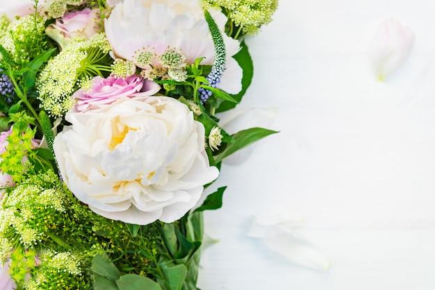 Boeket bloemen van grote pioenen en pastelrozen
