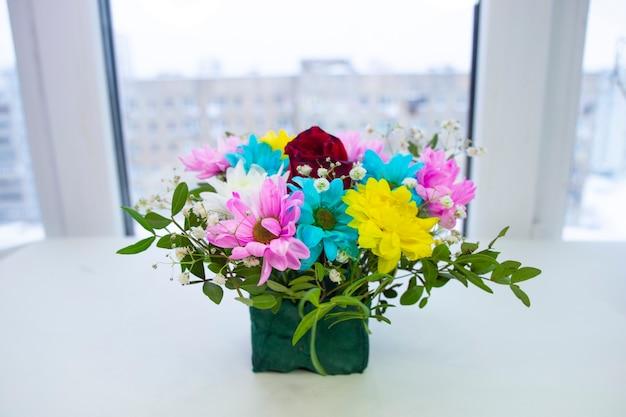 Boeket bloemen venster achtergrond