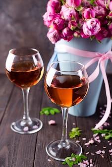 Boeket en wijnglazen