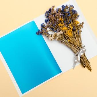 Boeket gedroogde bloemen. herbarium. minimaal. mode-concept. kleur. kunst ontwerp