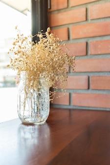 Boeket gedroogde bloemen in vaas voor interieurdecoratie (vintage effect, selectieve aandacht)