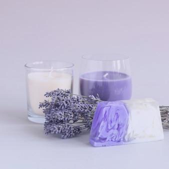 Boeket gedroogde lavendel geurkaarsen en stuk zeep