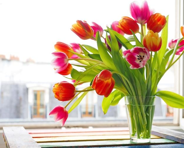 Boeket gekleurde tulpen in glas