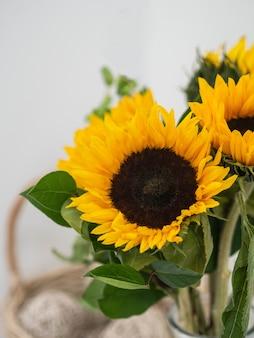 Boeket gele decoratieve zonnebloemen