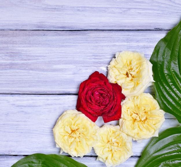 Boeket gele en rode rozen