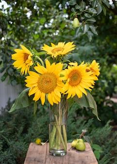 Boeket gele zonnebloemen in een vaas