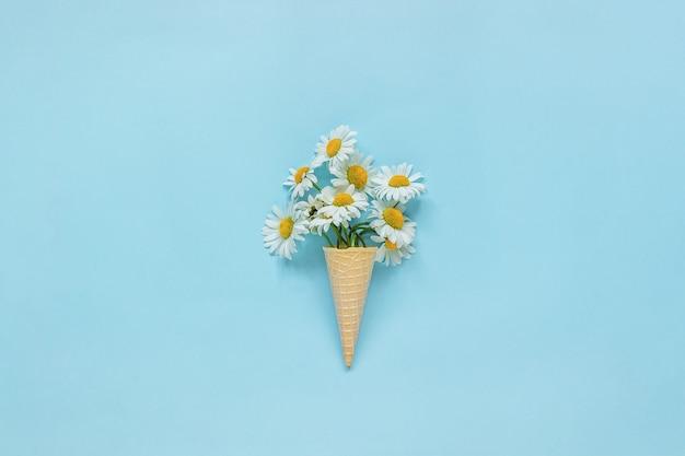 Boeket kamille madeliefjes bloemen in wafel ijs