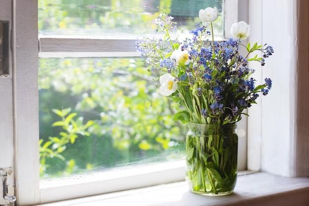 Boeket lentebloemen op vensterbank