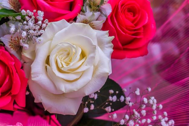 Boeket met heldere bloemen. een achtergrond van bloemenrozen. mooie bloemen. een geschenk voor de vakantie.