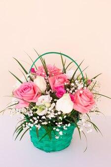 Boeket met roze en witte rozen op lichte muur