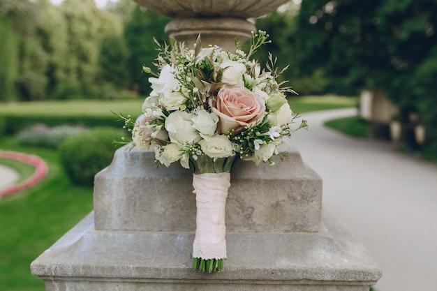 Boeket met witte en roze rozen