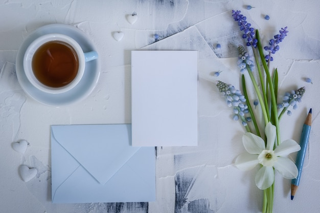 Boeket muscari met kaart en kopje thee. wenskaart. gelukkige moederdag, vrouwendag of verjaardag.