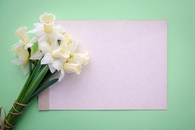 Boeket narcissen en een vel papier