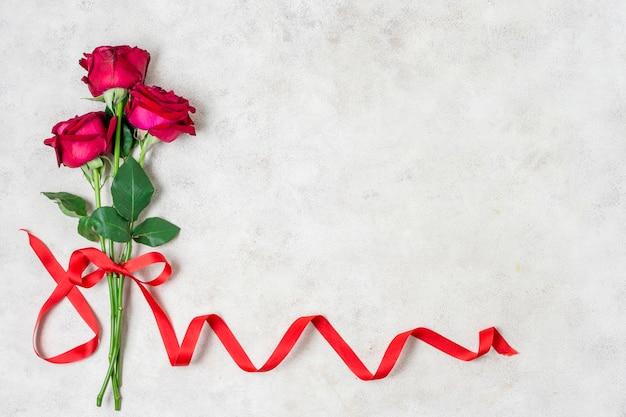 Boeket rode rozen met lint