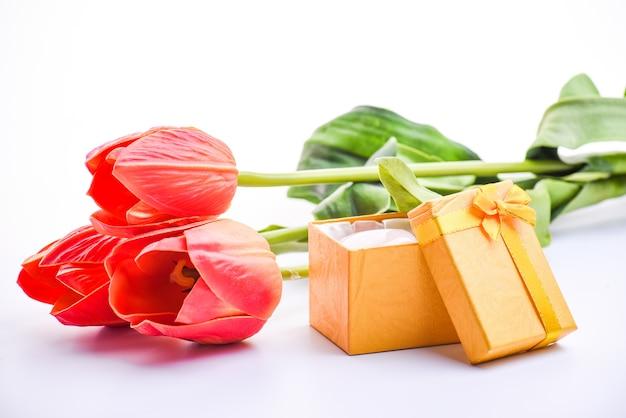 Boeket rode tulpen, geschenkdoos,