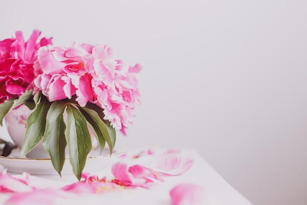 Boeket roze pioenrozen in een vaas