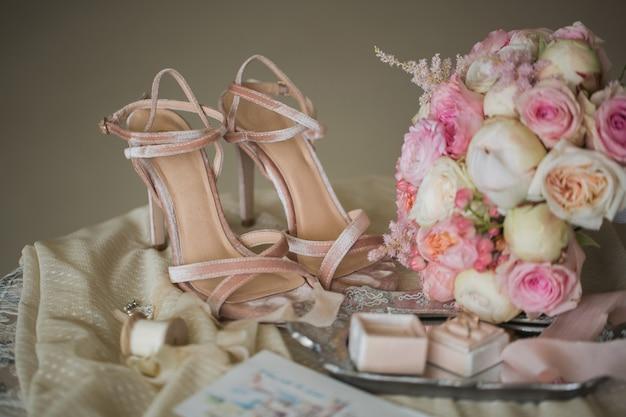 Boeket roze ringen en schoenen