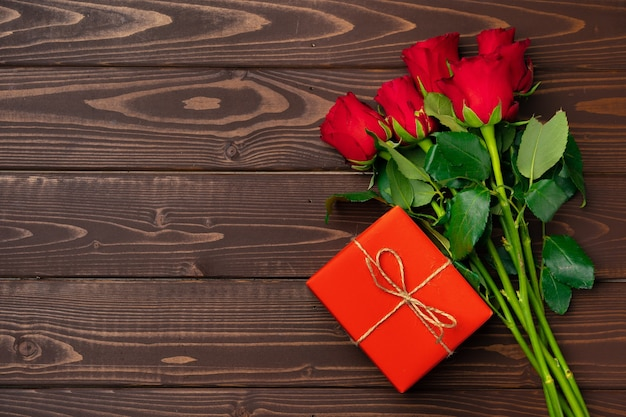 Boeket rozen en geschenkdoos bovenaanzicht
