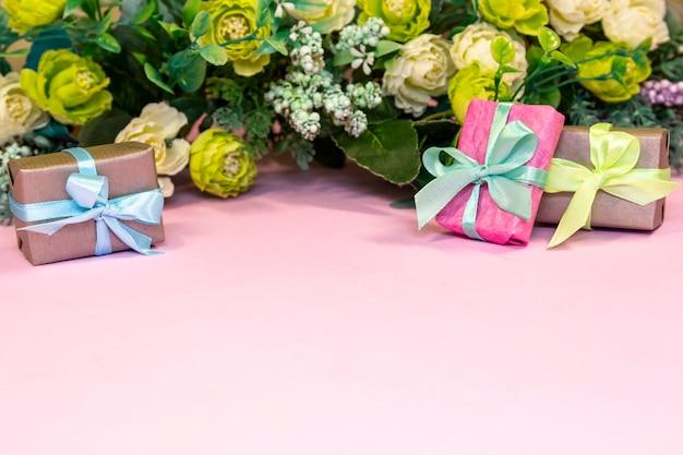 Boeket rozen en geschenkdozen