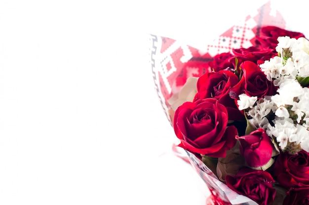 Boeket rozen geïsoleerd op wit