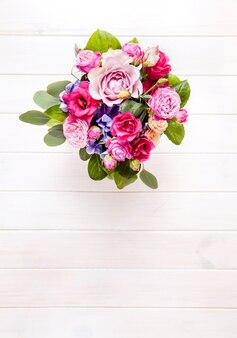 Boeket rozen in een emmer