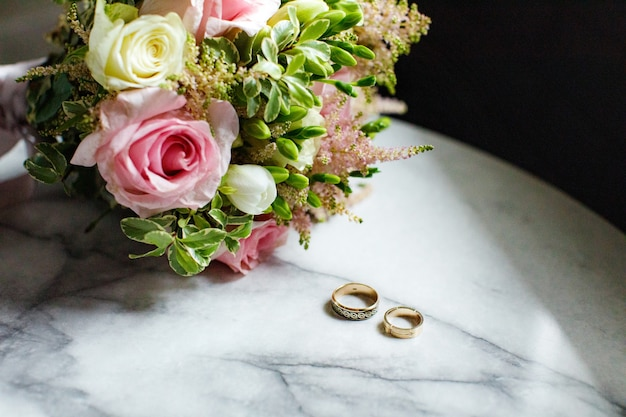 Boeket rozen met trouwringen