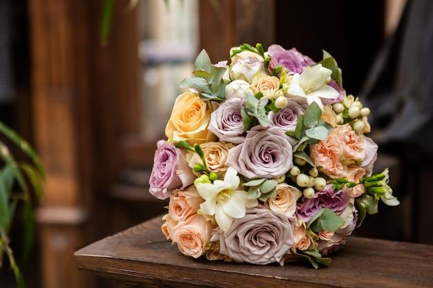 Boeket rozen op de houten tafel, vintage stijl