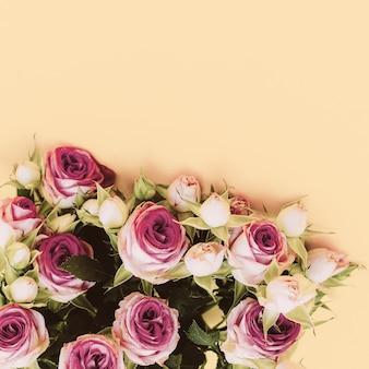 Boeket rozen op een gele achtergrond. minimalisme mode