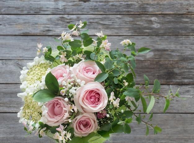 Boeket rozen op houten tafel