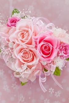 Boeket rozen op roze achtergrond