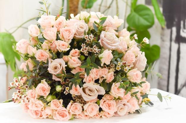 Boeket rozen op tafel
